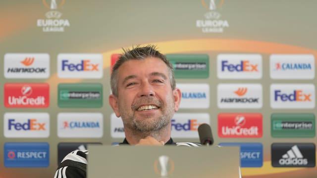 Urs Fischer an einer Pressekonferenz.