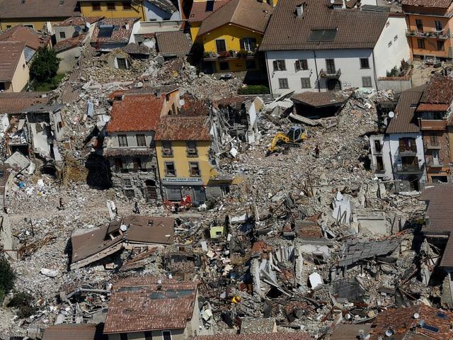Luftaufnahme: Zerstörte Häuser, Trümmer.