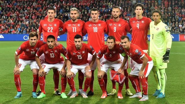 Das Gruppenfoto der Schweizer Nati vor dem Slowenien Spiel. Die Spieler aufgereiht in roten Trikots.