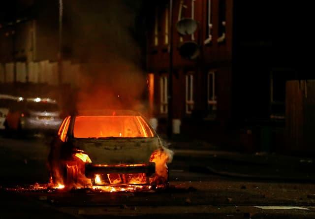 Ein brennendes Auto.