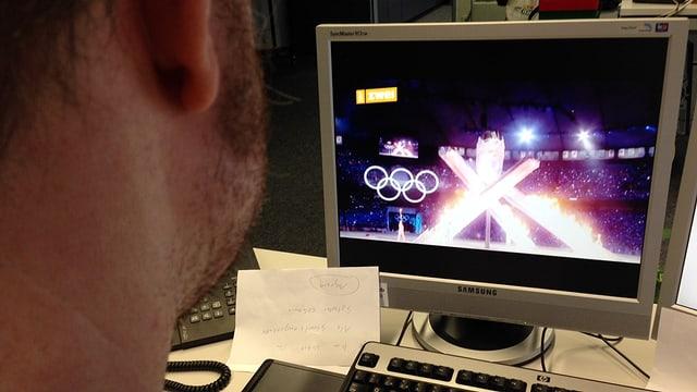 Ein Mitarbeiter sieht sich den Werbe-Trailer zu den Olympischen Spielen in Sotschi an.
