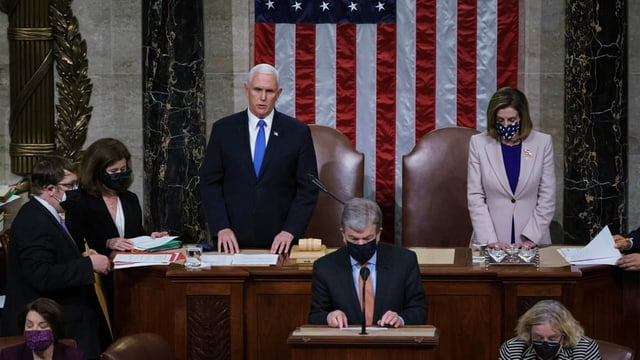 Micke Pence dasper Nancy Pelosi.