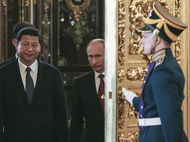 Durch die goldene Tür geleitet Wladimir Putin den Gast aus China in den Kreml.