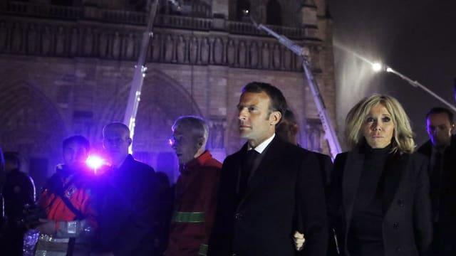 Macron mit Frau Brigitte Macron vor der Notre-Dame
