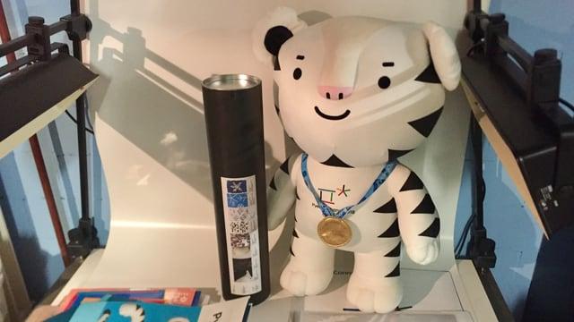 Das Maskottchen der Olympischen Winterspielen von Pyeongchang steht nun im Museum von Markus Osterwalder.