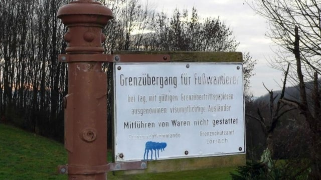 Altes Grenzschild an der grünen Grenze zu Deutschland.