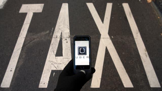 Handy mit Uber-App vor einem Taxistand