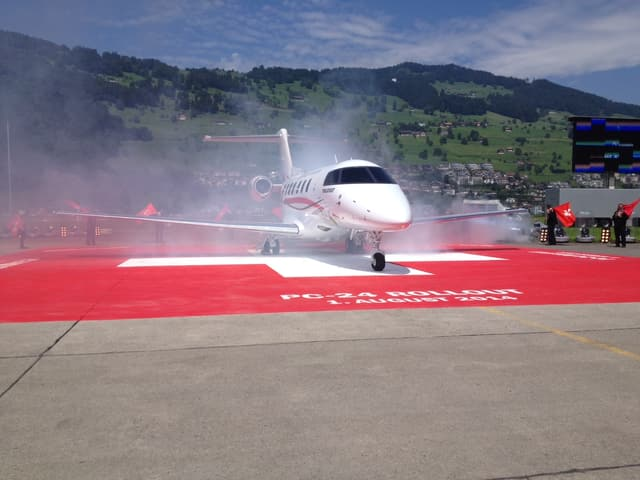 Flugzeug wird präsentiert.