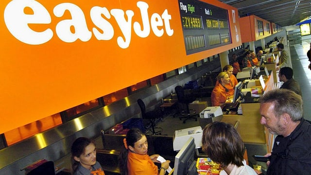 Passagiere am EasyJet-Check-in-Schalter