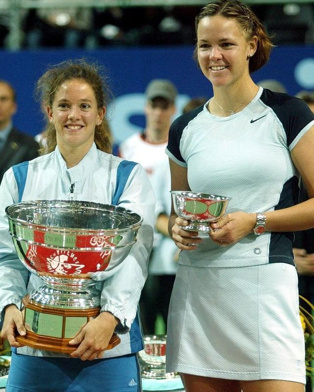 Patty Schnyder und Lindsey Davenport mit Pokal in Zürich 2002.