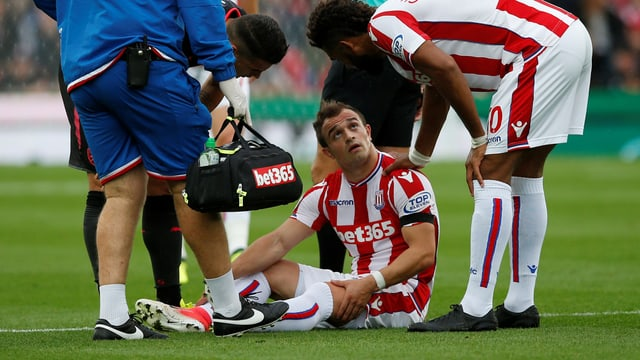 Xherdan Shaqiri sitzt verletzt auf dem Rasen