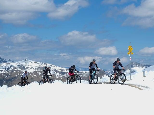 Mountainbiker im Schnee.