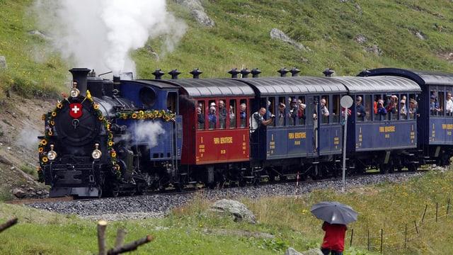 Historische Dampfbahn transportiert Leute.