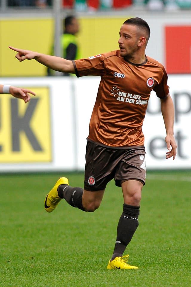 Deniz Nak rennend mit Zeigefinger in der Luft auf dem Fussballplatz