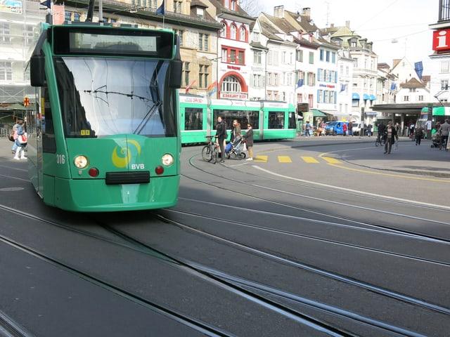 Tram fährt in den Steinenberg ein.