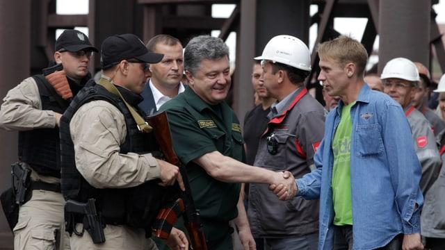 Präsident Poroschenko spricht Arbeitern in der ostukrainischen Mariupol seine Unterstützung aus.