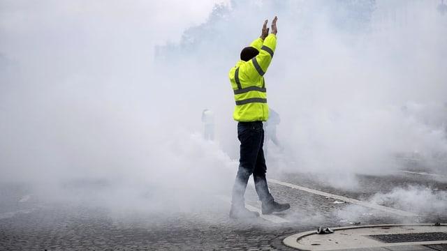 demonstrant cun ina vesta melna durant las demonstraziuns en in nivel da fim sin via a Paris