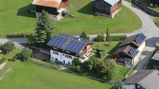 Casa cun tetg fotovoltaic