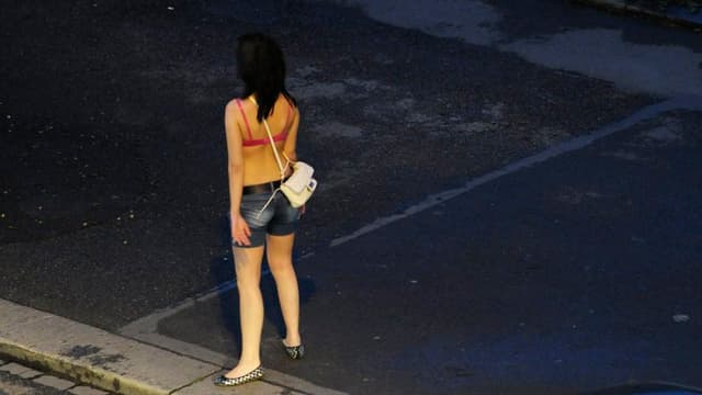 Frau auf der Strasse, wartet auf Freier