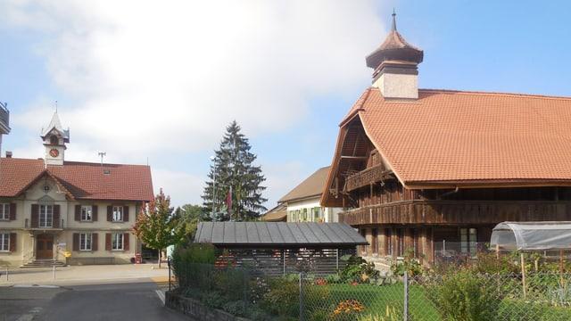 Ein Dorfplatz, Häuser und Gärten.
