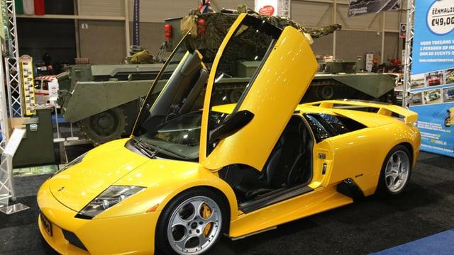 Ein gelber Lamborghini steht aufgeklappt da.