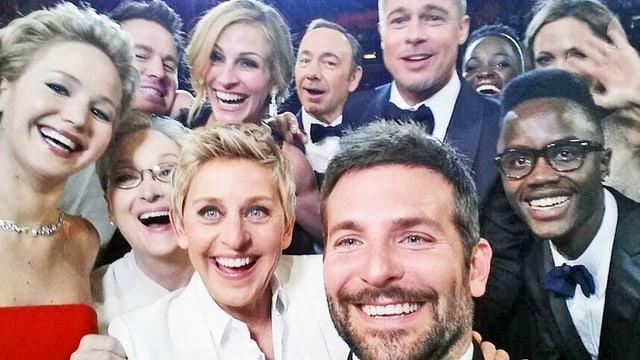Ellen DeGeneres mit Jennifer Lawrence, Julia Roberts, Brad Pitt und vielen mehr auf einem Foto, welches Bradley Cooper macht.