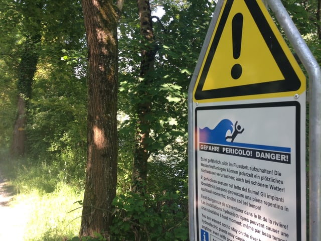 Warnschild im Wald.