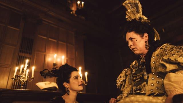 Lady Sarah kniet vor Königin Anne.