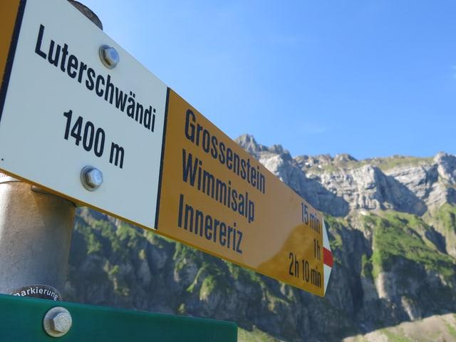 Wegweiser auf der Luterschwändi: 1400 Meter über Meer.