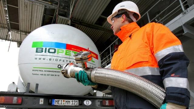 Ein Angestellter der Treibstoff-Fabrik Biopetrol Industries AG bei der Arbeit in Rostock.