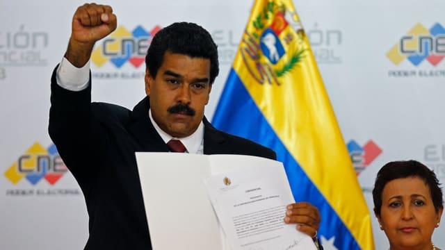 Maduro erhält das offizielle Dokument, das ihm zum designierten Präsidenten macht.