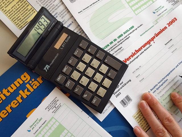 Ein Rechner und eine Steuererklärung