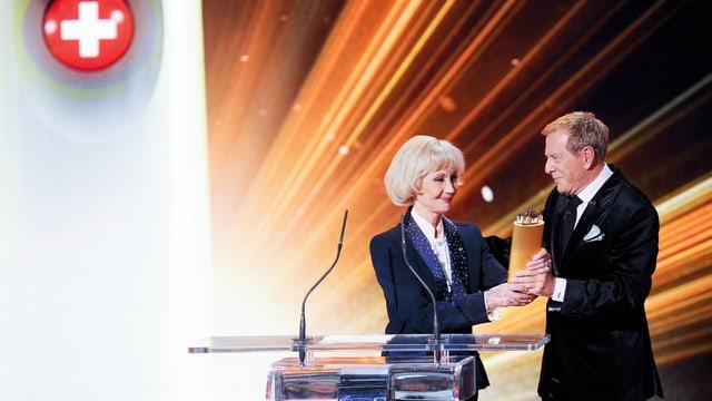 •Im Januar 2012 wurde Lilo Pulver mit dem «SwissAward» für ihr Lebenswerk ausgezeichnet. Den Preis überreichte ihr Laudator und Moderator Kurt Aeschbacher….
