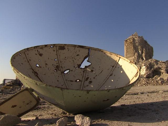 Zerstörtes Minarett im Hintergrund.