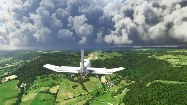 Eine Szene aus dem neuen Flugsimulator von Microsoft: Ein kleines Flugzeug fliegt Regenwolken entgegen.
