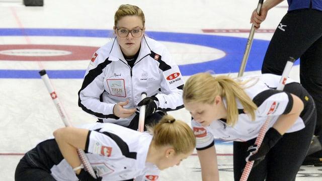 Trais dunnas cun dress alv dattan curling