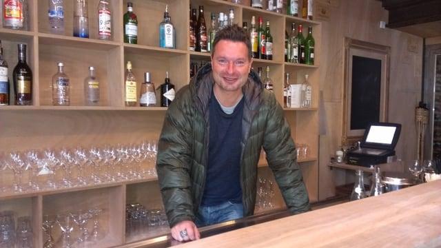 Der Unternehmer Thomas Sterchi vor der Bar seines Restaurants Heimberg in Zermatt