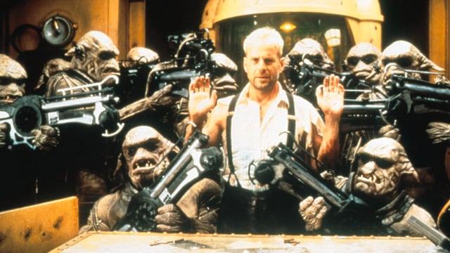Ein Mann steht in Mitten von bewaffneten Monstern.