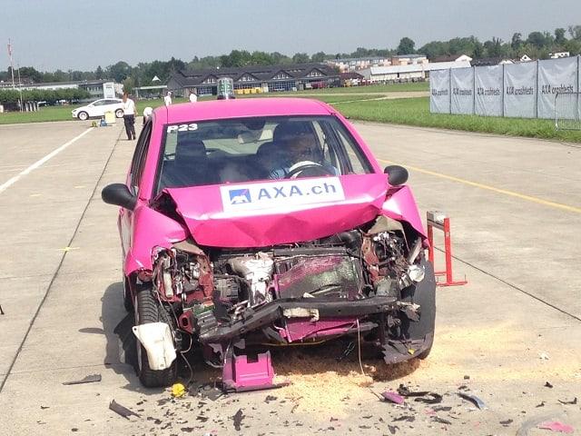 Crash-Auto mit eingedrückter Front.