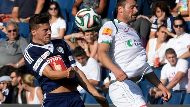 Ein Spieler des FCL und einer des FC St.Gallen im Duell auf dem Spielfeld.