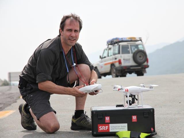 Reto Vetterli mit der Drohne.