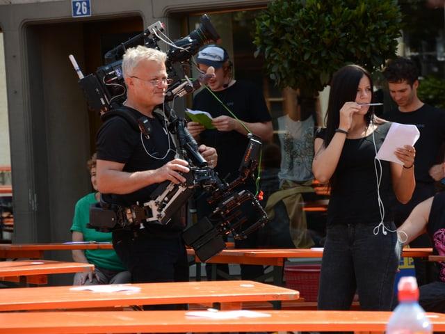 Kameramann Carlos Romero und seine Assistentin.