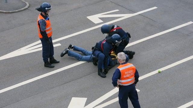 Absolventen der Polizeischule in Hitzkirch bei einer Übung.