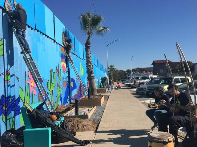 Musiker und Künstler aus ganz Mexiko versammeln sich am Grenzzaun.
