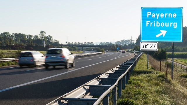 Die Autobahnausfahrt mit Schild.
