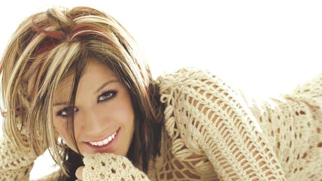 Als wären blonde Strähnen nicht schon genug, trug Kelly 2003 sogar noch rote Haarpartien.