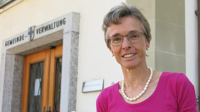 Katrin Sedlmayer vor dem Gemeindehaus Köniz