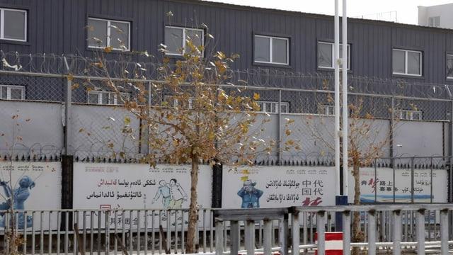 Ein «Trainingszentrum» in Xinjiang, umgeben von Stacheldraht.