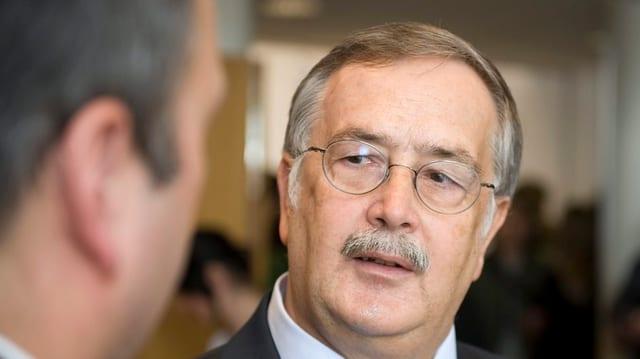 FDP-Finanzminister Adrian Ballmer im Gespräch mit einem Journalisten