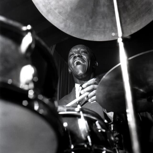 Art Blakey sitzt an einem Schlagzeug.